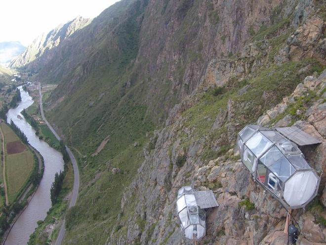 Skylodge (Peru): Ba buồng ngủ được gắn vào vách đá cho du khách ngắm nhìn khung cảnh lộng lẫy của vùng Cuzco. Để tới khách sạn này, bạn phải leo lên độ cao 122 m. Mỗi phòng có 4 giường, một bếp ăn và một nhà vệ sinh riêng.