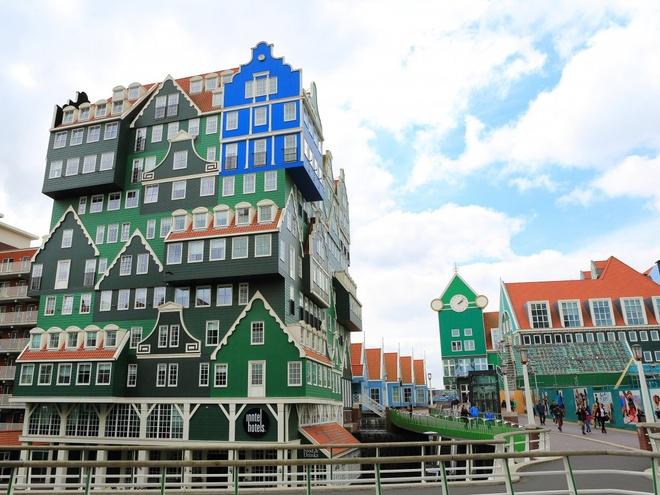 Inntel Amsterdam Zaandam (Hà Lan): Nhìn khách sạn này, du khách sẽ có cảm tưởng như đây là tác phẩm lego của một người khổng lồ. Các mặt của khách sạn thể hiện thiết kế của nhà truyền thống vùng Zaandam, Amsterdam.
