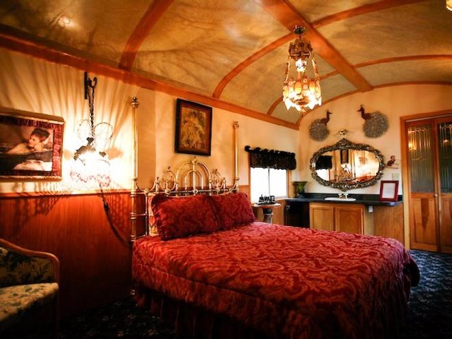 Bên trong, nhiều phòng được trang trí theo các chủ đề lịch sử, gợi lại không khí lãng mạn của thời xưa.