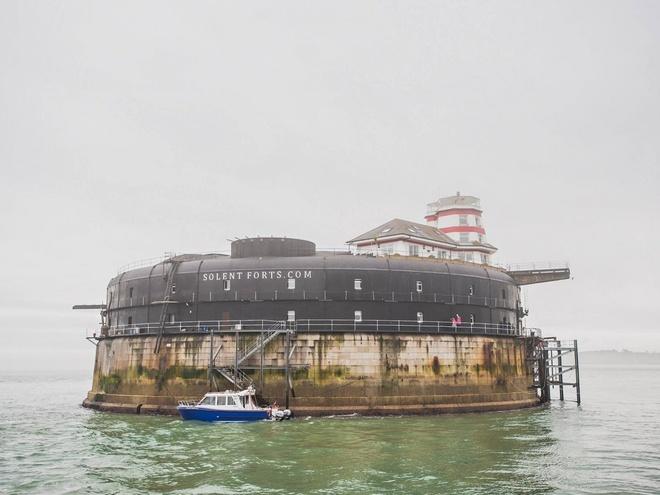 Pháo đài No Man's (Anh): Pháo đài nằm giữa biển ở Portsmouth được cải tạo thành một khách sạn sang trọng, với 22 phòng, một phòng riêng trên hải đăng, hai bãi đỗ trực thăng, hộp đêm, nhà hàng và quán bar.
