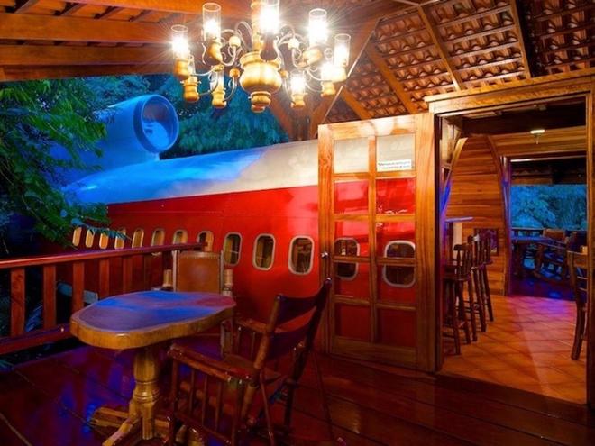 Casa Verde (Costa Rica): Thuộc công viên quốc gia Manuel Antonio, Casa Verden nhìn ra bờ biển tuyệt đẹp. Ngoài ra, khách sạn còn có các phòng trong một chiếc Boeing 727 năm 1965 nhô lên khỏi tán rừng, cho du khách ngắm toàn cảnh khu vực.