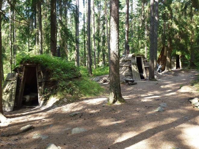 Kolarbyn (Thụy Điển): Khách sạn sinh thái Kolarbyn gồm 12 căn lều - có 2 giường, lò sưởi đun củi và trải thảm da cừu - gần hồ Skärsjön ở Skinnskatteberg. Du khách đặt phòng sẽ được cung cấp các tour đi dạo có hướng dẫn viên, nến, diêm và pháo hoa. Nơi này không có điện, vào buổi tối, ánh nên và đèn dầu tạo ra khung cảnh lung linh như trong cổ tích.