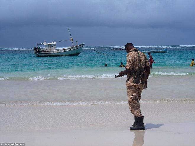 Noi du khach phai co cac tay sung ho tong hinh anh 1 Phải đối mặt với nguy cơ bị khủng bố, bắt cóc hay giết hại, nhiều du khách phương Tây vẫn xếp hàng để tới khám phá những bãi biển tuyệt đẹp và các khu chợ nhộn nhịp ở một trong những thành phố nguy hiểm nhất thế giới - Mogadishu, Somalia. Du khách 22 tuổi người Mỹ, Mike Ogden, đã đăng ký tour 48 tiếng trị giá 900 bảng (hơn 30 triệu đồng) của công ty du lịch Untamed Borders.