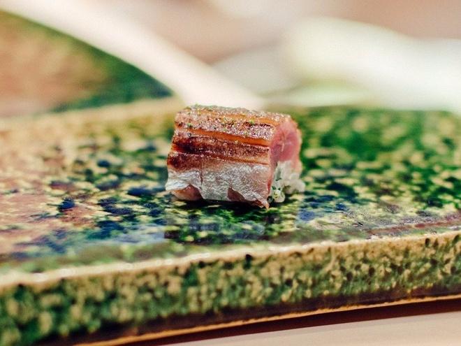 Nhung bua an sieu dat chi danh cho dai gia (phan 2) hinh anh 2 Vài loại sushi được làm từ nhiều loại nguyên liệu, như thịt bò thái mỏng với gang ngỗng, tôm hùm và sò điệp, nhưng chủ yếu dựa trên những thực phẩm tươi nhất.