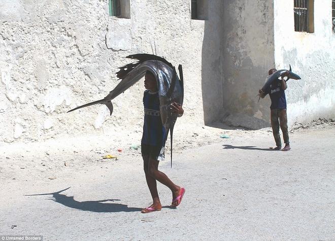 Noi du khach phai co cac tay sung ho tong hinh anh 2 Dù Mỹ và các quốc gia phương Tây khác khuyên du khách không nên tới Somalia, Ogden vẫn quyết định tới đây vào tháng 3. Sau khi tham khảo hành trình, anh tin rằng mình sẽ được an toàn khi được hộ tống bởi 4 tay súng, hai phương tiện trang bị vũ khí.