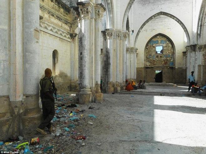 Noi du khach phai co cac tay sung ho tong hinh anh 5 Một điểm dừng trên hành trình là thánh đường Mogadishu. Nơi này đã đổ nát sau nhiều thập kỷ chiến tranh kéo dài ở thủ đô.
