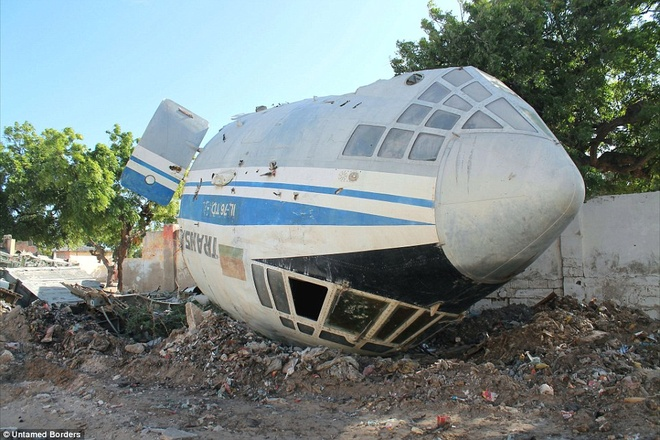 Noi du khach phai co cac tay sung ho tong hinh anh 7 Xác một chiếc máy bay của Belarus bị bắn rơi ở Mogadishu khiến 11 người thiệt mạng vẫn nằm trên phố, 8 năm sau khi vụ việc xảy ra.