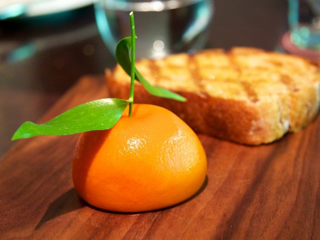 Nhung bua an sieu dat chi danh cho dai gia (phan 2) hinh anh 20 Du khách có thể xem đội đầu bếp chế biến những món ăn độc đáo, như cá hồi trà xanh, gan ngỗng và gan gà nhồi trong thạch có dạng quả cam.