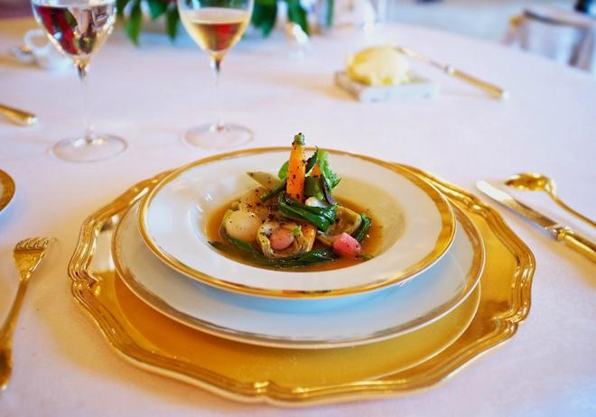 Nhung bua an sieu dat chi danh cho dai gia (phan 2) hinh anh 10 Được trao 3 sao Michelin, nhà hàng phục vụ những món Địa Trung Hải như cừu non Pyrenees quay, bánh tẩm đường dùng với rượu rum và kem tươi. Ảnh: gridlinesrpg.