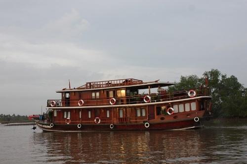 Một du thuyền điển hình trên sông.