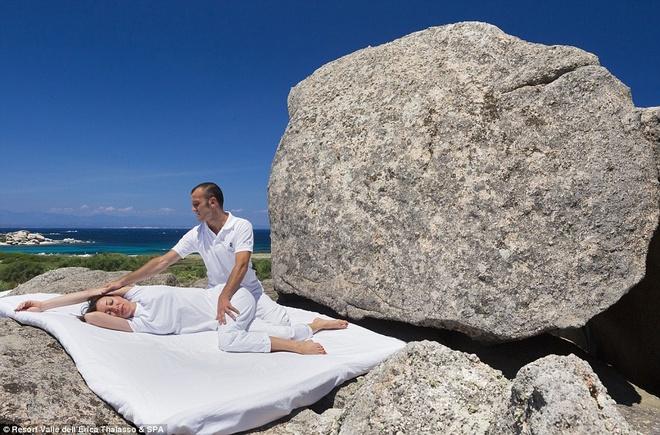 Ngoài ra, bạn có thể sử dụng dịch vụ spa, làm mặt, massage, tắm kiểu Thổ Nhĩ Kỳ, tập yoga.
