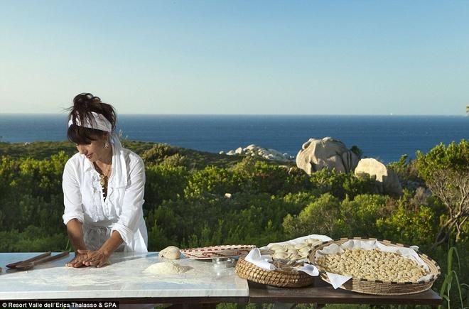 Những người yêu thích ẩm thực có thể đăng ký lớp học nấu món Italy trong thời gian ở tại khách sạn.
