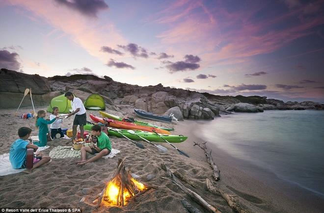 Tại đây, du khách có thể đăng ký học lướt ván buồm, chèo thuyền hay lướt sóng bằng du lượn.