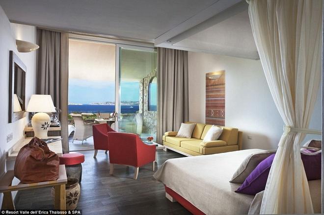 Ban đầu, khu nghỉ dưỡng này là khách sạn Erica, với 136 phòng. Đây là điểm dừng chân nổi tiếng từ năm 1958, từng đón các vị vua, hoàng tử và những ngôi sao hạng A ghé thăm.