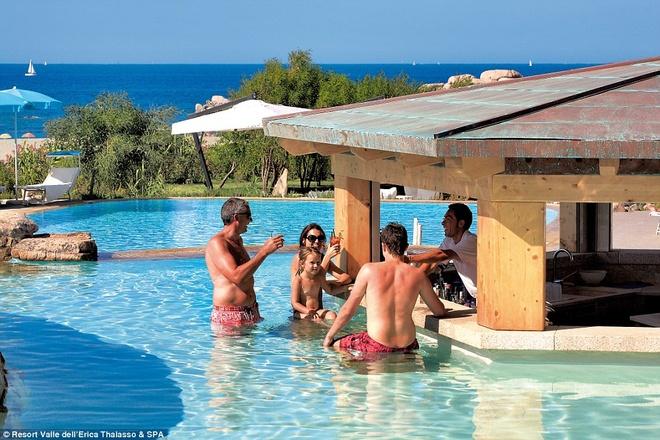 Resort có 4 bể bơi lớn (trong đó có 3 bể bơi nước mặn) và một quầy bar giữa bể.