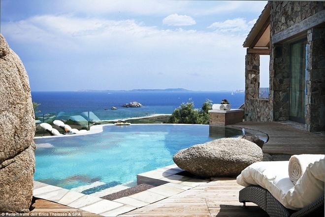 Với những ai có hầu bao rủng rỉnh hơn, bạn có thể ở tại phòng Suite Arcipegalgo có bể bơi và hiên tắm nắng riêng.