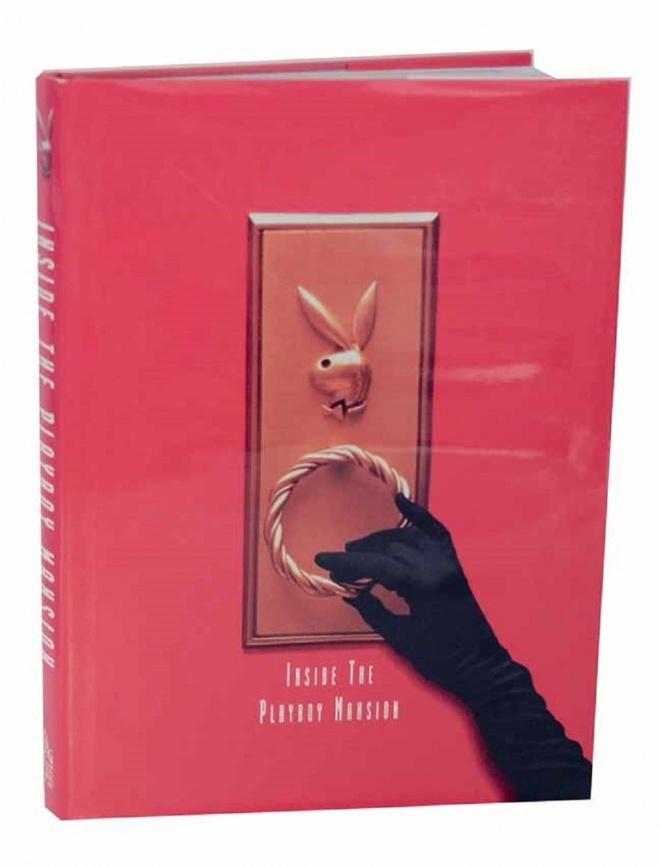"""Phia sau canh cua dinh thu cua ong trum Playboy hinh anh 2 Dinh thự Playboy từng là chủ đề của một cuốn sách: Hẳn phần lớn sẽ nghĩ đó là hồi ký của một trong những cô nàng thỏ hoặc tiếu sử của Hugh Hefner. Tuy nhiên, một cuốn sách lấy chủ đề chính là dinh thự này được xuất bản vào năm 1998 có tên """"Inside the Playboy Mansion: If You Don't Swing, Don't Ring"""". Cuốn sách có nhiều ảnh chụp chi tiết các khu vực chỉ xuất hiện thoáng qua trên màn ảnh và nhiều thông tin ngoài lề, khiến người đọc như được tham dự một tour tham quan riêng ở địa điểm nổi tiếng này."""