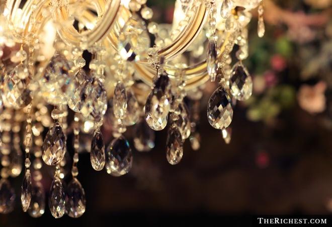Phia sau canh cua dinh thu cua ong trum Playboy hinh anh 3 Chiếc đèn trần lạ lùng ở phòng ngủ của Hefner: Theo sở thích của Hefner, nội thất của dinh thự gần như được giữ nguyên từ những năm 1970, với nhiều khu ốp gỗ và các chi tiết cổ điển. Có lẽ chiếc đèn trần là vật trang trí hiện đại nhất trong phòng ngủ của Hefner. Ông có sở thích treo những chiếc quần lót của các phụ nữ đã từng xuất hiện ở đó lên chiếc đèn.