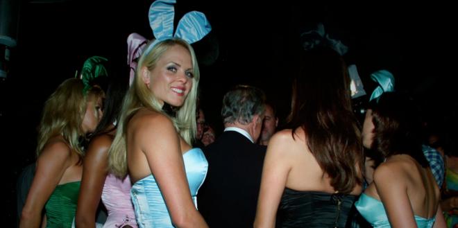 Phia sau canh cua dinh thu cua ong trum Playboy hinh anh 9 Cuộc sống tù túng của các nàng thỏ: Trong hồi ký của các cô nàng thỏ, họ đều cho biết cuộc sống trong dinh thự Playboy rất tù túng, khổ sở, chứ không tự do và phù hoa như nhiều người tưởng tượng. Họ phải phục vụ Hefner, không được quyền lên tiếng và phải tham dự mọi bữa tiệc khi được yêu cầu, không được qua đêm ở bên ngoài, và nhận được tiền trợ cấp ít ỏi...