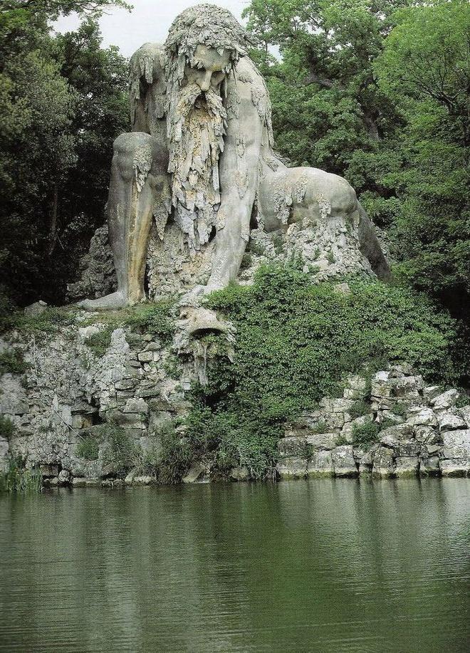 Can phong bi an trong buc tuong khong lo hinh anh 1 Bức tượng thần núi có tên Appennino này là tác phẩm của nhà điêu khắc Giambologna, thể hiện dãy Apennine hiểm trở của Italy.