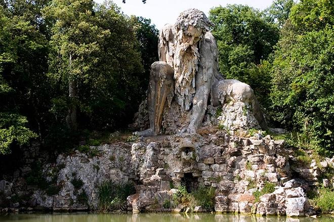Can phong bi an trong buc tuong khong lo hinh anh 2 Với chiều cao gần 12 m, bức tượng nhìn ra một dòng sông ở công viên Villa Demidoff, vùng Tuscany.