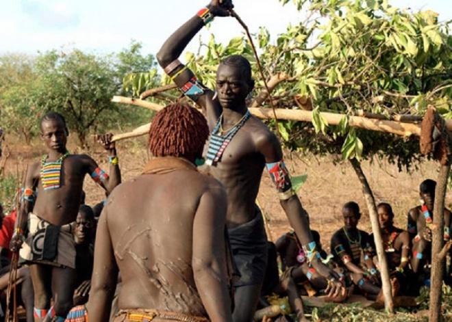 Nhung nghi le dang so de chung to ban linh dan ong hinh anh 5 Cuộc chiến bằng gậy nhọn: Các thành viên nam của bộ tộc Fulani ở Tây Phi chỉ được công nhận là đã trưởng thành sau khi tham gia một cuộc chiến bằng gậy nhọn. Mỗi người sẽ dùng một con dao vót nhọn đầu gậy, sau đó đối mặt với một người khác. Đấu thủ sẽ có 3 lần tấn công, ai tấn công mạnh nhất và rên rỉ ít nhất sẽ chiến thắng. Người thua phải thực hiện lại nghi lễ này nếu muốn được bộ tộc công nhận.