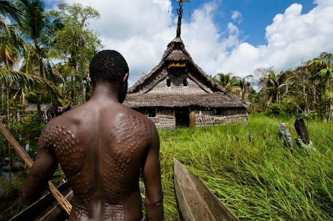 Nhung nghi le dang so de chung to ban linh dan ong hinh anh 7 Tạc vảy cá sấu lên người: Với tộc người sống cạnh sông Sepik ở Papua New Guinea, các thiếu niên sẽ chỉ được coi là trưởng thành sau khi chịu đựng những vết cắt để lại sẹo hình vảy cá sấu. Bộ tôc này tin rằng vị thần cá sấu sẽ nuốt hết những điều non nớt của một thiếu niên, và nhả ra một người đàn ông thực  thụ. Ngoài ra, các thiếu niên phải trải qua nghi lễ để vững vàng hơn về tinh thần, trong đó họ bị gọi và đối xử như một phụ nữ.