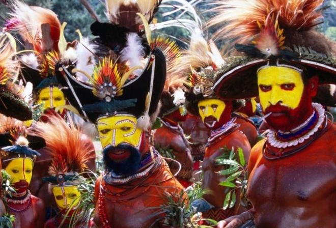 Nhung nghi le dang so de chung to ban linh dan ong hinh anh 9 Nghi lễ máu: Người Matausa ở Papua New Guinea thực hiện nhiều nghi lễ để gạt bỏ những ảnh hưởng từ phụ nữ lên nam giới. Các thiếu niên phải dùng một thanh sậy mảnh chọc vào họng để nôn hết những gì có trong dạ dày, sau đó một thanh sậy tương tự được luồn vào mũi để thải hết những ảnh hưởng xấu. Cuối cùng, họ phải chịu nhiều vết đâm vào lưỡi, để máu thanh tẩy và trở thành người đàn ông thực thụ, thừa kế sức mạnh của cha ông.