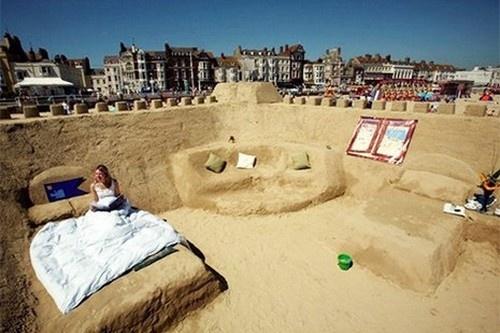 1. Khách sạn cát trên bãi biển Weymouth (Anh) được coi như một tác phẩm điêu khắc trên cát. Khách sạn được xây dựng trong vòng một tuần bằng 1.000 tấn cát, tất cả nội thất bao gồm giường, ghế, một khu vực phòng chờ đều bằng cát nhưng không có nhà vệ sinh.