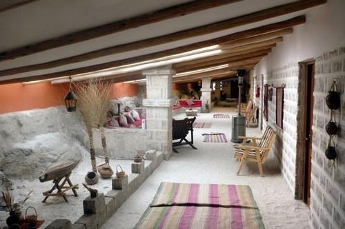 2. Khách sạn muối ở Bolivia: Khoảng một triệu khối muối đã được dùng để xây dựng khách sạn, các đồ nội thất và trần nhà cũng được làm từ muối. Khách sạn này đem đến cho du khách sự thư giãn, giúp lưu thông máu tốt. Chi phí một đêm ở đây khoảng 150$.
