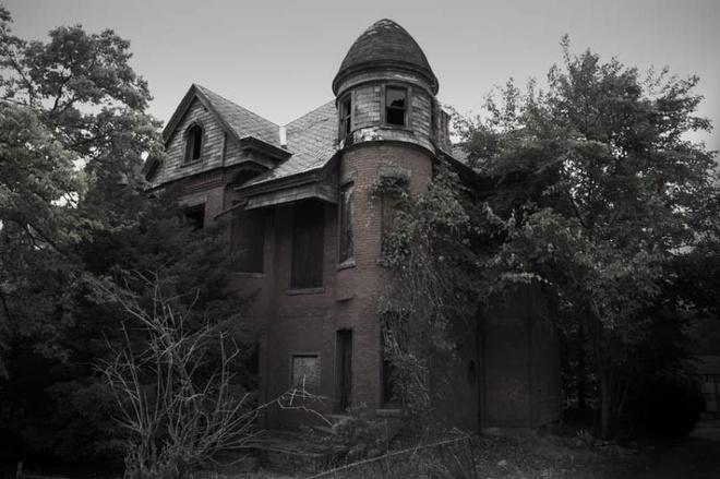 """7 ngoi nha ma am dang so nhat the gioi cho dip Halloween hinh anh 6 6. Dinh thự Bailey (Connecticut, Mỹ): Dinh thự nằm ở phố Bailey, Lowell, là cảm hứng cho loạt phim kinh dị """"American Horror Story: Hotel"""". Du khách ở đây có nhiều trải nghiệm đáng sợ, như thấy nước chảy từ những vòi đã hỏng nhiều năm, vết máu xuất hiện trên tường và các bóng đen bí ẩn theo dõi các vị khách tò mò. Ngôi nhà có không khí lạnh lẽo khiến bạn rùng mình từ khi bước vào."""