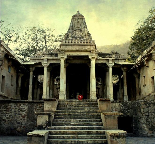 7 ngoi nha ma am dang so nhat the gioi cho dip Halloween hinh anh 7 7. Pháo đài Bhangarh (Rajasthan, Ấn Độ): Cục khảo sát khảo cổ Ấn Độ đặt trụ sở cách pháo đài cổ này khoảng 1 km và đã cấm du khách vào đây lúc trời tối. Theo truyền thuyết địa phương, một phù thủy độc ác đã nguyền rủa thị trấn sau khi bị người tình sống trong pháo đài này bỏ rơi. Sau đó, cả khu vực chìm vào bệnh dịch và chiến tranh, cuối cùng bị bỏ hoang vào đầu thế kỷ 18. Những người từng tới đây đều cho biết họ cảm thấy buồn bã và khó chịu cho tới khi rời khỏi pháo đài.
