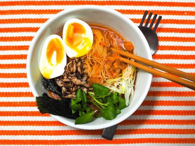 Mi kim chi kieu Han nau trong 30 phut hinh anh 1 Mì kim chi chua cay rất hợp ăn trời lạnh. Ảnh: Seriouseats.