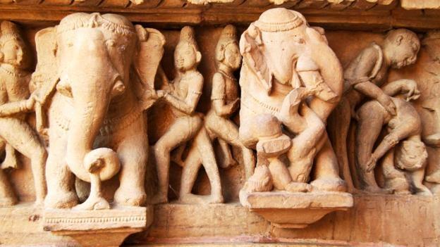 Ngoi den o An Do khien du khach do mat hinh anh 3 Những bức tượng gợi cảm được đặt giữa các hoạt động bình thường.