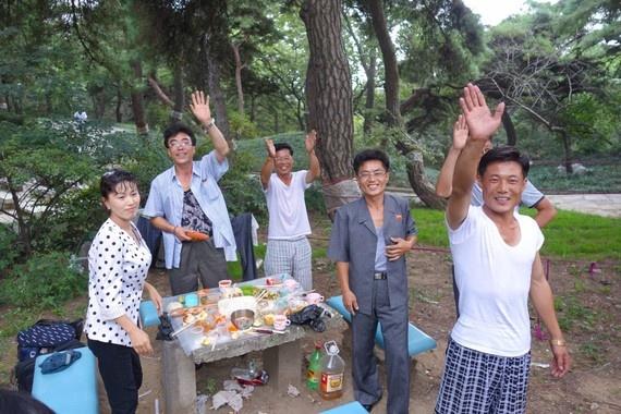 8 ngay tham thu quoc gia bi an nhat hanh tinh hinh anh 10 Erick Tseng dừng chân ở công viên Moran Hill tại Pyongyang, nơi người địa phương thường tổ chức các buổi dã ngoại.