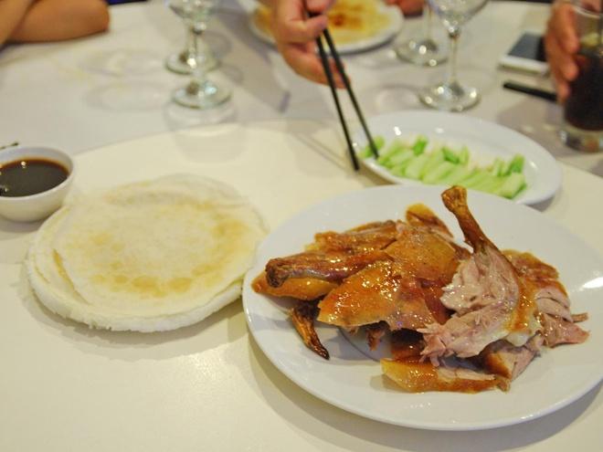 Pho Viet vao top dac san dang nho hinh anh 12 Vịt quay Bắc Kinh chinh phục thực khách bởi lớp vỏ giòn bắt mắt và phần thịt mềm ngọt. Tất nhiên, chẳng nơi nào làm món này ngon hơn ở Bắc Kinh, thủ đô của Trung Quốc.