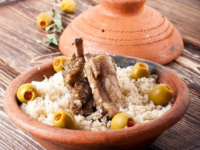 Pho Viet vao top dac san dang nho hinh anh 4 Chỉ cần ngửi thấy mùi món cừu tagine ở Morocco một lần, du khách sẽ nhớ mãi không quên. Thịt cừu được hầm với nho khô, quả hạnh và gia vị.