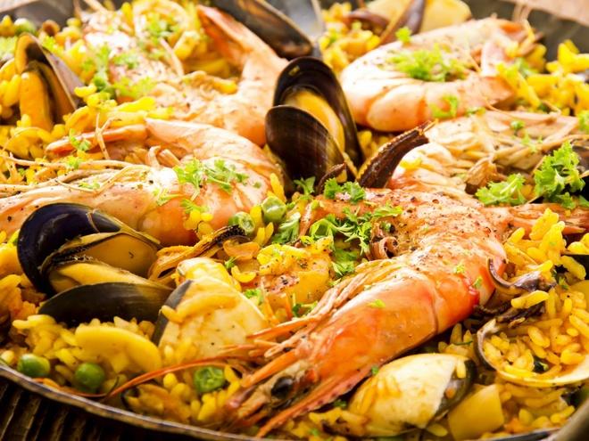Pho Viet vao top dac san dang nho hinh anh 7 Đừng bỏ lỡ cơ hội thưởng thức một nồi paella-saffron ăn cùng cơm tại các nhà hàng ven biển ở Barcelona, Tây Ban Nha.
