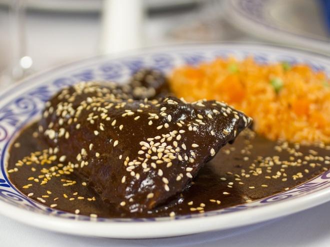 Pho Viet vao top dac san dang nho hinh anh 8 Ở Puebla, Mexico, món mole poblano gồm nước sốt đậm đặc (làm từ ớt và chocolate) rưới lên thịt gà sẽ đem lại cho du khách một trải nghiệm ẩm thực khó quên.