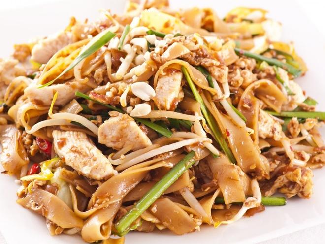 Pho Viet vao top dac san dang nho hinh anh 9 Pad thai là món ăn phổ biến của Thái Lan, gồm mì xào ăn cùng trứng, giá, lạc, thịt gà hoặc tôm.