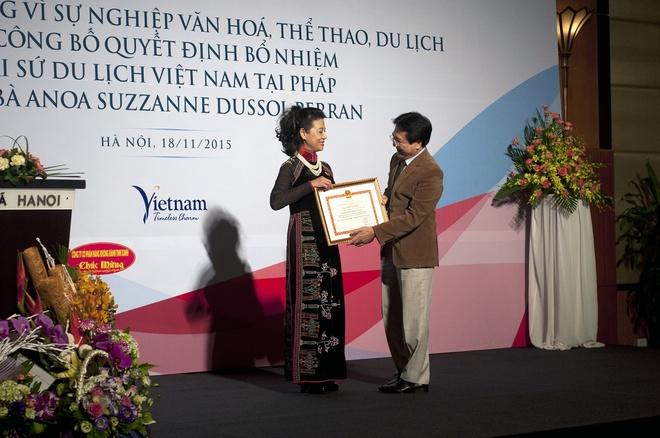 Dai su du lich se xay nha Viet giua long nuoc Phap hinh anh 1 Thứ trưởng Vương Duy Biên trao Kỷ niệm chương cho bà Anoa.