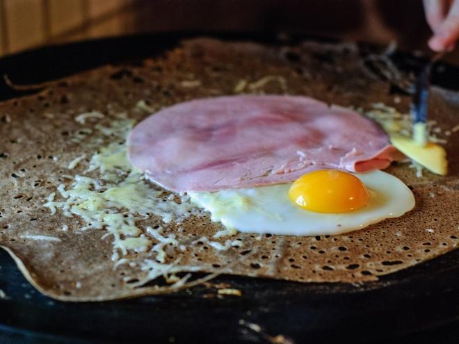 Nhung mon an via he noi danh chau Au hinh anh 10 Pháp: Nhiều người cho rằng không đâu làm bánh crêpe ngon như ở Pháp, với đủ loại nhân, từ thịt nguôi, phô mai, tới Nutella, trứng, hoa quả. Bạn có thể tìm thấy các hàng bánh crêpe khắp nơi, đặc biệt là ở các thành phố lớn.