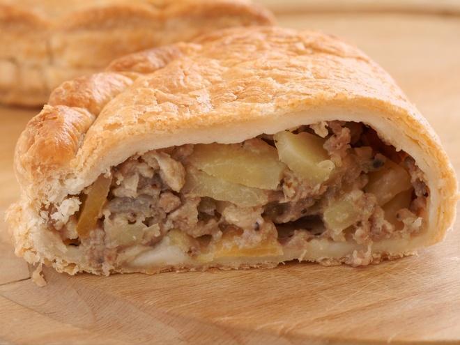 Nhung mon an via he noi danh chau Au hinh anh 20 Anh:  Ở đây có nhiều lựa chọn, nhưng du khách nên thử bánh Cornwall với lớp vỏ vàng ngon mắt, nhân thịt bò, khoai tây, hành được trộn thêm muối tiêu.