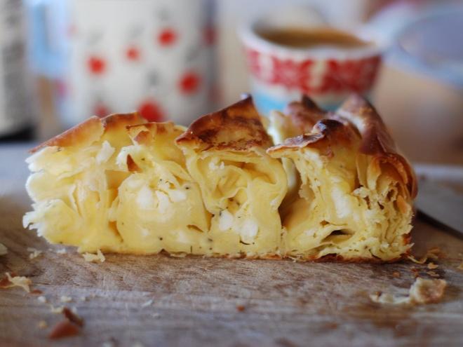 Nhung mon an via he noi danh chau Au hinh anh 3 Bulgaria: Thường được ăn trong bữa sáng, Banitsa là một loại bánh phô mai được thưởng thức ngay khi vừa ra lò. Du khách có thể chọn nhiều nguyên liệu, từ rau bina, trứng, thịt tới sữa đặc.
