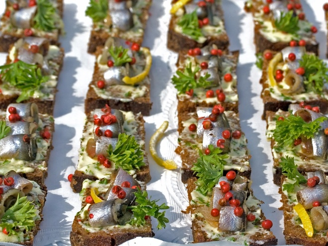 Nhung mon an via he noi danh chau Au hinh anh 8 Estonia: Cá trích Baltic là loài cá biểu tượng của Estonia, thường được ăn cùng bánh mì đen, dưa chuột muối. Du khách có thể thưởng thức món này trong các sự kiện đặc biệt hay lễ hội.