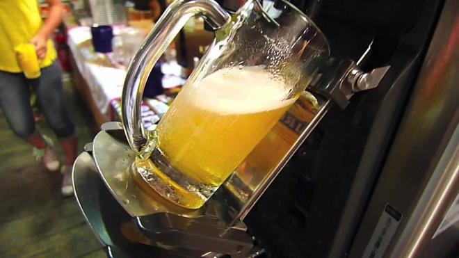 Máy rót bia tự động: Với chiếc máy này, bạn sẽ không cần phải chờ phục vụ tiếp thêm bia cho mình. Cốc bia được nghiêng ra để đảm bảo có ít bọt nhất. Ảnh: Kuttfree.