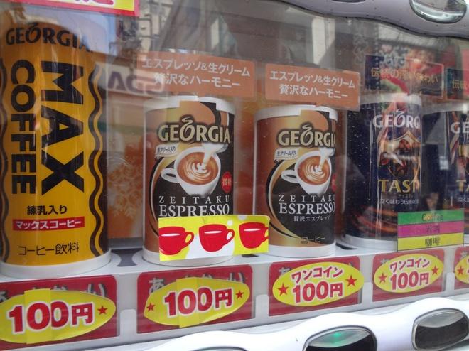 Máy bán đồ uống nóng, lạnh: Nhật Bản có hơn 5 triệu máy bán hàng tự động, với mặt hàng phong phú, thiết kế sáng tạo. Du khách hoàn toàn có thể mua một lon nước lạnh hay thưởng thức một cốc cà phê nóng mà không cần vào cửa hàng. Ảnh: Spatialdrift.
