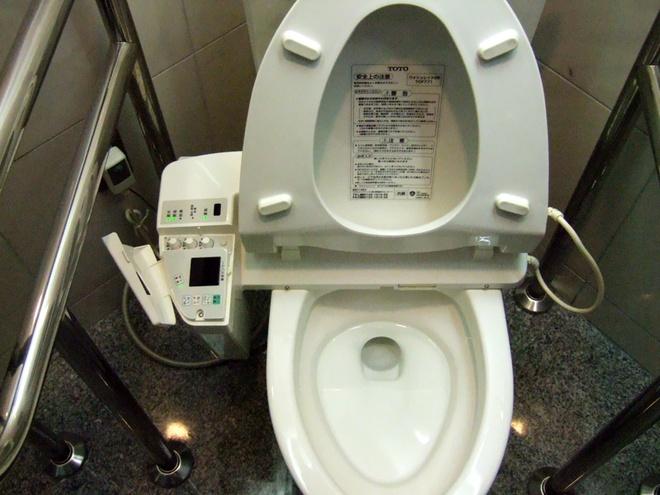 Hệ thống nhà vệ sinh công cộng: Ngoài sự sạch sẽ, các nhà vệ sinh công cộng ở Nhật còn được trang bị toilet có công nghệ hiện đại như sưởi ấm, vòi xịt, thậm chí cả phát nhạc để bạn không phải xấu hổ khi tạo ra tiếng động. Ảnh: Mb.