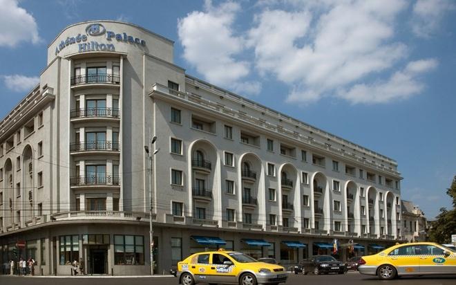 """9 cong trinh gan lien voi lich su gian diep hinh anh 3 Khách sạn Athenee Palace, Bucharest, Romania: Khách sạn lịch sử Athenee Palace ở thủ đô của Romania nổi tiếng với vai trò là """"hang ổ"""" gián điệp vào Thế chiến II và Chiến tranh lạnh. Được xây dựng vào năm 1914 và cải tạo vào năm 1937, Athenee Palace là nơi các gián điệp Anh và lực lượng Gestapo (cảnh sát ngầm của Đức Quốc xã) thường lui tới. Sau khi quốc hữu hóa khách sạn vào năm 1948, chính phủ đã gài máy nghe lén vào mọi phòng, điện thoại, cho người đưa tin làm nhân viên. Năm 1994, Hilton đã mua lại Athenee Palace."""