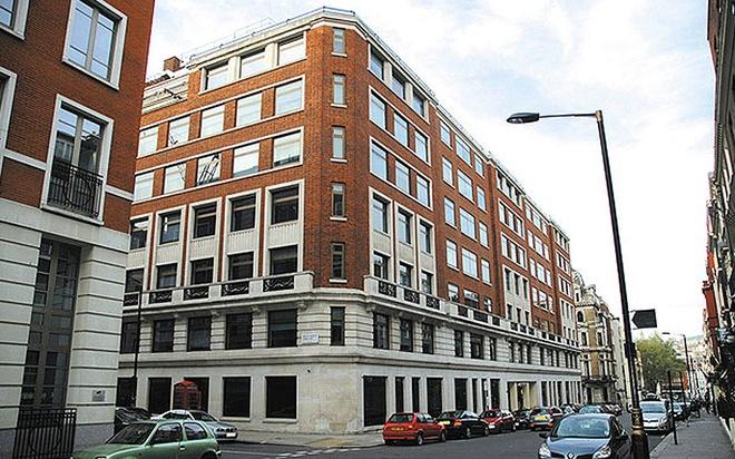 """9 cong trinh gan lien voi lich su gian diep hinh anh 9 Tòa nhà Leconfield, London, Anh: Đây là trụ sở của MI5 vào đầu năm 1945. Ban đầu, tòa nhà có các cửa sổ đặc biệt để đỡ súng máy, phòng trường hợp quân Đức tới được London. Bên trong, quán bar Pig and Eye từng đón tiếp nhiều gián điệp nổi tiếng như Peter Wright, tác giả cuốn """"Spycatcher""""."""